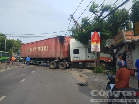 container tông sập tiệm photocopy ở Sài Gòn